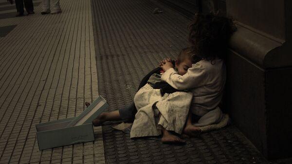 Una familia pobre en  Argentina - Sputnik Mundo