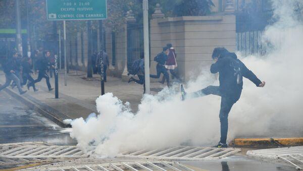 Estudiantes chilenos protestan contra la reforma educativa en Santiago - Sputnik Mundo