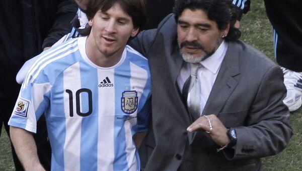 Lionel Messi con Diego Maradona en el Mundial de 2010 - Sputnik Mundo