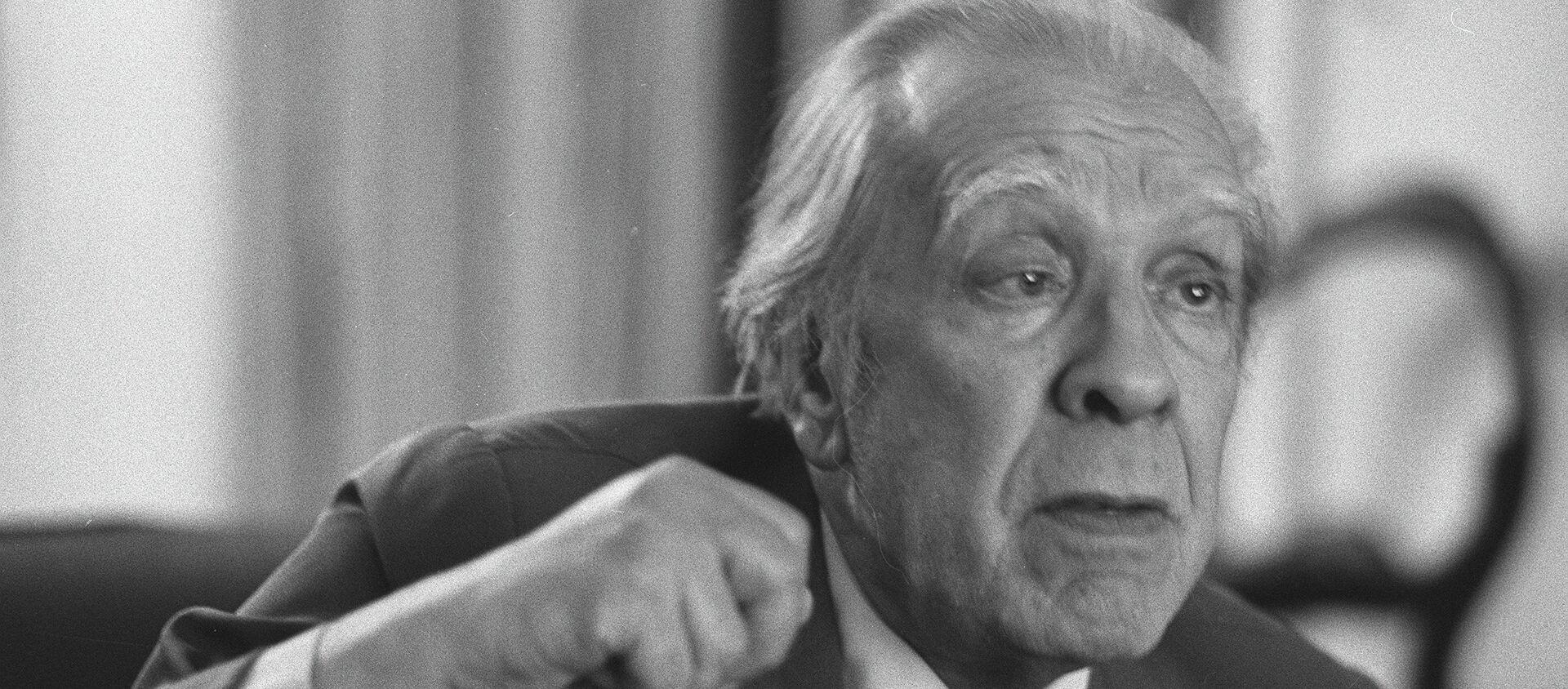 Argentina's writer Jorge Luis Borges talks in his Buenos Aires apartment on Nov. 20, 1981 - Sputnik Mundo, 1920, 23.08.2019