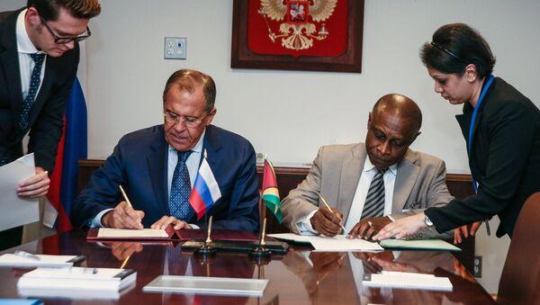 Ministro de Exteriores ruso, Serguéi Lavrov y su homólogo guyanés, Carl Greenidge - Sputnik Mundo