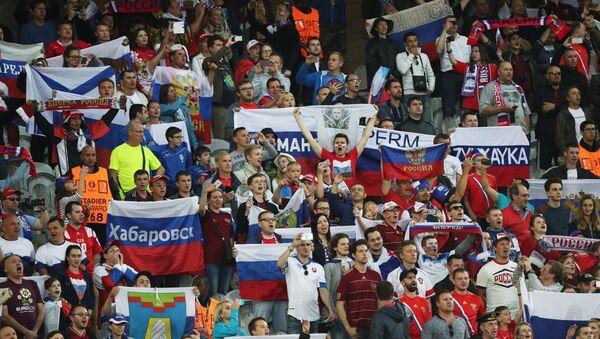 Hinchas rusos durante el partido Rusia contra Eslovaquia - Sputnik Mundo