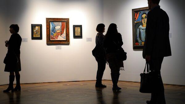 Los visitantes de una exposición dedicada a la obra de Pablo Picasso en San Petersburgo - Sputnik Mundo