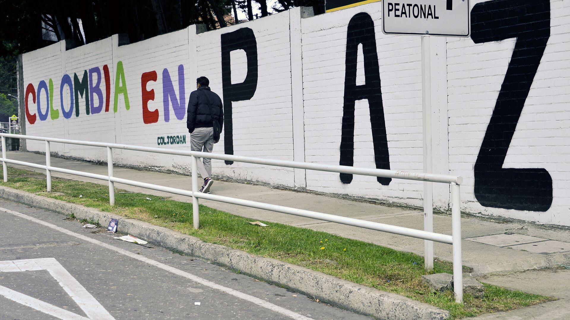 Un graffiti con una frase que dice Colombia en paz - Sputnik Mundo, 1920, 04.10.2021