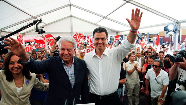Spanish Socialist Workers' Party leader Sanchez stands with former Prime Minister Gonzalez as they wave to supporters in Madrid - Sputnik Mundo