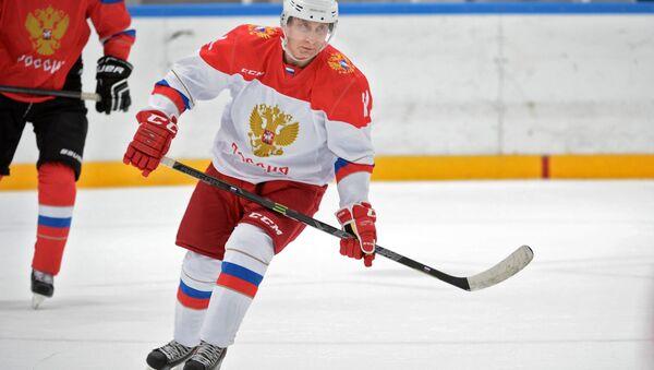Vladímir Putin, presidente de Rusia, jugando al hockey - Sputnik Mundo