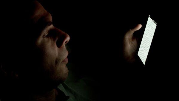 Un hombre mira su smartphone (imagen ilustrativa) - Sputnik Mundo