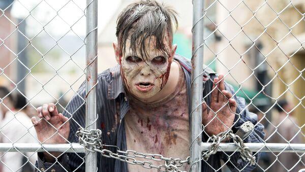Un hombre vestido de zombi - Sputnik Mundo