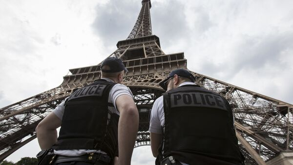 French riot police officers patrol under the Eiffel Tower, near the entrance of the soccer fan zone, prior to the Euro 2016 Group A soccer match between France and Romania, in Paris, Friday, June 10, 2016 - Sputnik Mundo