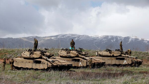 Israeli soldiers stand atop tanks in the Golan Heights near Israel's border with Syria - Sputnik Mundo