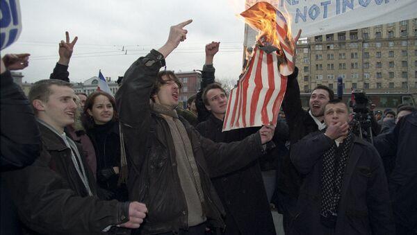 Protesta frente a la embajada de EEUU contra las acciones de la OTAN en Yugoslavia (1999) - Sputnik Mundo