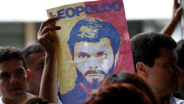 Un cartel con el retrato de Leopoldo López - Sputnik Mundo