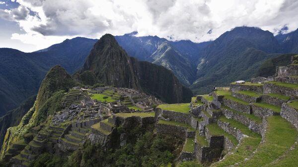 Vista de la montaña Huayna Picchu y las ruinas de la antigua ciudad de Machu Picchu. - Sputnik Mundo