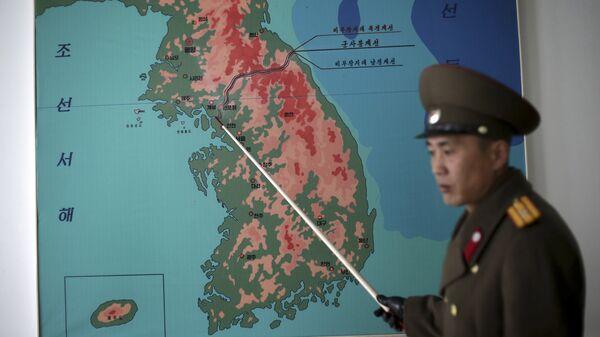 Soldado de la Armada muestra la delimitación de las dos Coreas - Sputnik Mundo