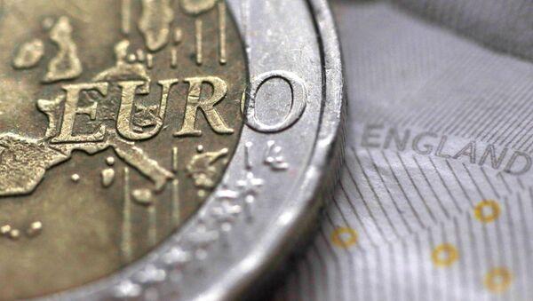 La moneda de 2 euros y el billete de 10 libras - Sputnik Mundo