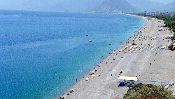Antalya'da, her yıl binlerce yerli ve yabancı turistin akın ettiği dünyaca ünlü Konyaaltı sahili, bomboş görüntüsüyle dikkati çekiyor. - Sputnik Mundo