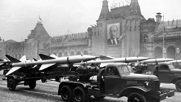 La técnica soviética militar en la Plaza Roja - Sputnik Mundo