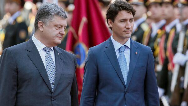 El presidente de Ucrania, Petró Poroshenko,  con el primer ministro de Canadá, Justin Trudeau, durante su visita a Kiev - Sputnik Mundo