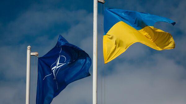 Las banderas de la OTAN y Ucrania - Sputnik Mundo