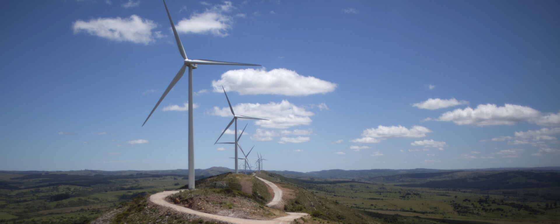 Wind turbines are seen at the Sierra de los Caracoles wind farm, in the department of Maldonado, east of Montevideo, on December 18, 2014.  - Sputnik Mundo, 1920, 17.08.2021