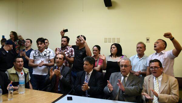 Los campesinos condenados en el marco del caso Curuguaty, y sus abogados durante el juicio en Asunción - Sputnik Mundo