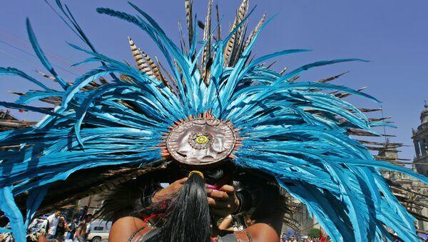 Un danzante con penacho de plumas, México - Sputnik Mundo