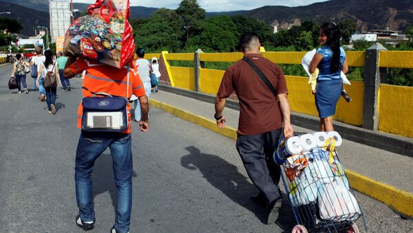 Ciudadanos venezolanos cruzando la frontera con Colombia (archivo) - Sputnik Mundo