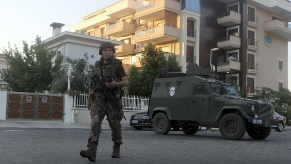 Un policía patrulla las calles en la ciudad turca de Marmaris - Sputnik Mundo