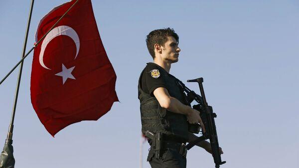 Un polícia tras el intento de golpe de Estado en Turquía - Sputnik Mundo