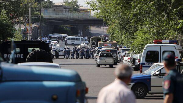 Hombres armados asaltan una comisaría en Ereván - Sputnik Mundo