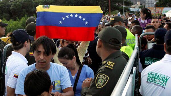 Venezolanos cruzando la frontera con Colombia - Sputnik Mundo