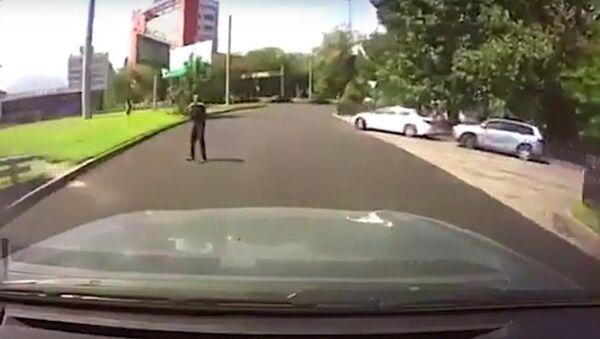 Joven por poco atropella a uno de los atacantes de Almaty - Sputnik Mundo
