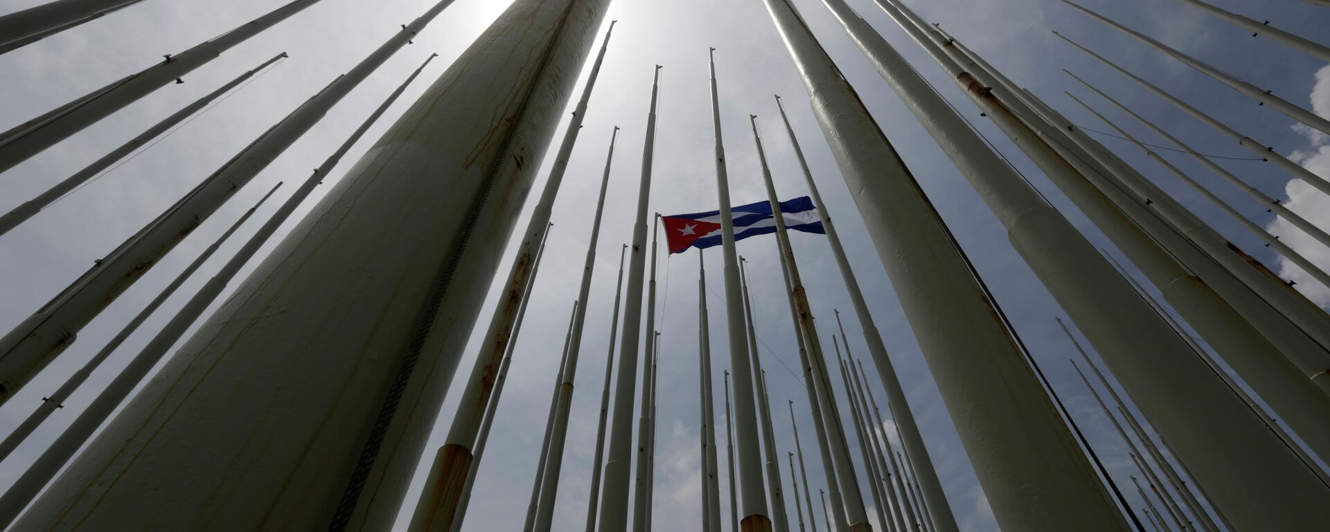 Bandera de Cuba frente de la embajada de EEUU en La Habana - Sputnik Mundo, 1920, 09.06.2021