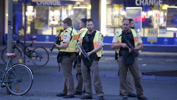 Policías alemanes cerca de la estación de trenes tras el tiroteo en Múnich - Sputnik Mundo