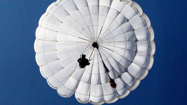 Un paracaidista ruso (archivo) - Sputnik Mundo