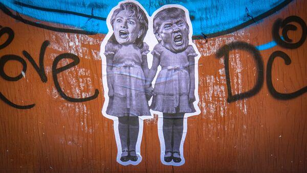 Un grafiti con la imagen de Hillary Clinton y Donald Trump - Sputnik Mundo
