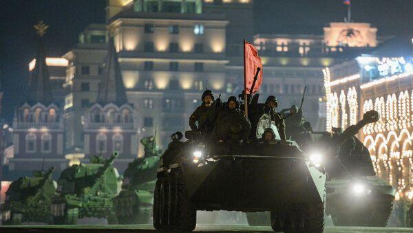 Ensayo nocturno del desfile militar en la Plaza Roja - Sputnik Mundo