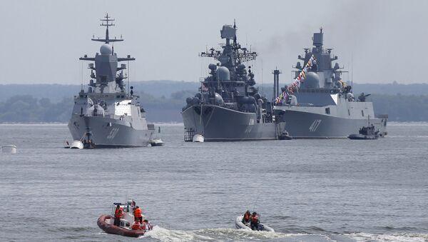 La corbeta Steregushiy (izquierda), el destructor Nastoychiviy y la fragata Almirante Gorshkov (derecha) en la base naval rusa en Kaliningrado - Sputnik Mundo