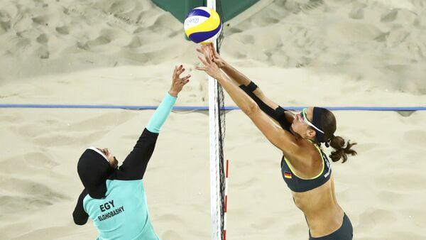 El partido de voley playa femenino entre Egipto y Alemania, durante los JJOO de Río 2016 - Sputnik Mundo