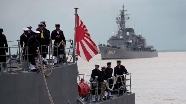 Japanese navy officers stand on the deck of Japan Maritime Self-Defense Force's vessel docked at Thilawa port, Myanmar, Monday, Sept. 30, 2013 - Sputnik Mundo