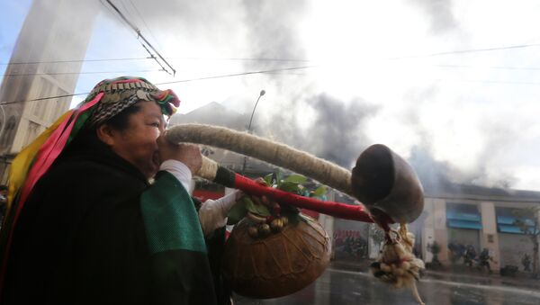 Una mujer mapuche durante protestas en Chile - Sputnik Mundo