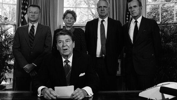 El presidente Ronald Reagan en un encuentro en la Casa Blanca con los líderes conservadores de la defensa (archivo) - Sputnik Mundo