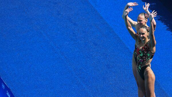 Natalia Ishchenko y Svetlana Romashina, medallistas de oro en dueto femenino de natación sincronizada - Sputnik Mundo