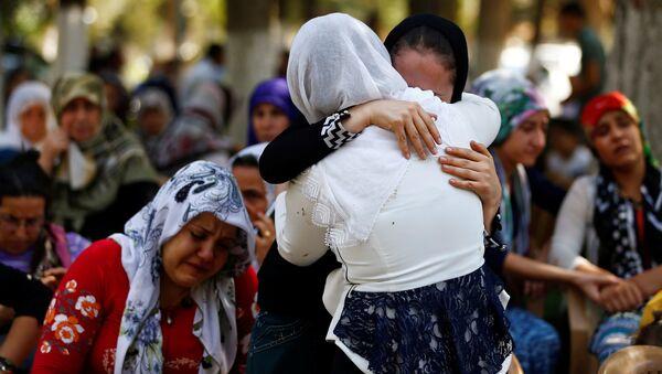 Las mujeres enfrente de la morgue en la ciudad turca de Gaziantep tras el atentado - Sputnik Mundo