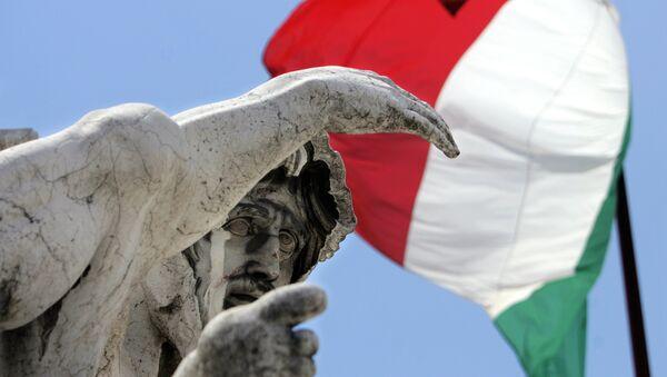 Bandera de Italia a media asta en memoria de víctimas del terremoto (Archivo) - Sputnik Mundo