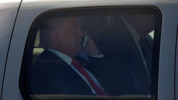 Donald Trump, el candidato republicano, hablando por el móvil - Sputnik Mundo