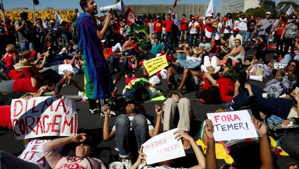 Los manifestantes enfrente del Senado, Río de Janeiro - Sputnik Mundo