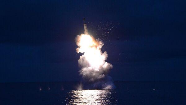 Lanzamiento de un misil por Pyongyang (archivo) - Sputnik Mundo