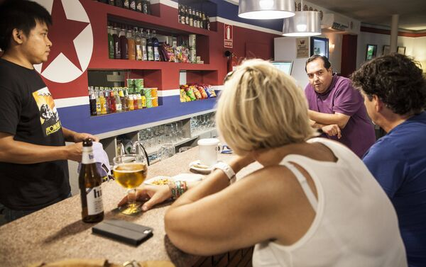 Una pareja de turistas belgas charla con Alejandro. - Sputnik Mundo