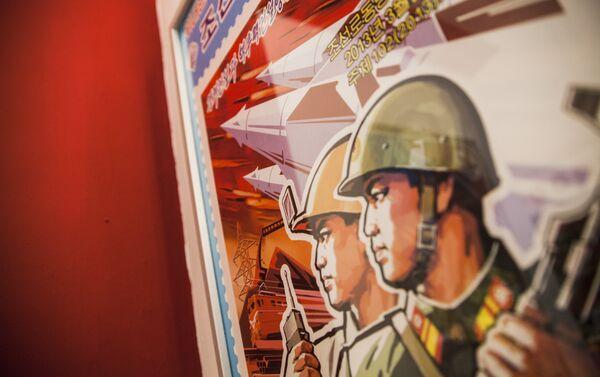 El local cuenta con numerosa iconografia norcoreana. - Sputnik Mundo
